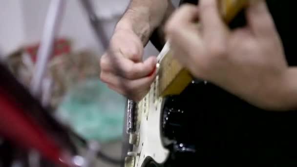 zenész játszik electric guitar1