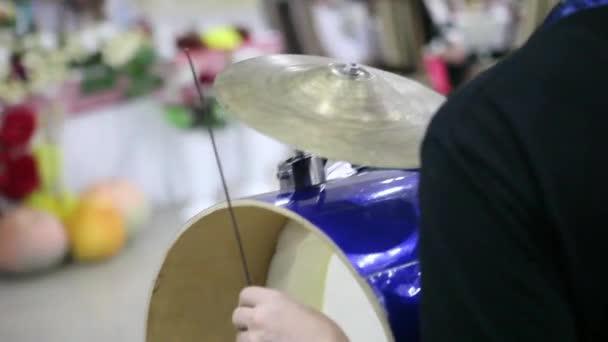 Bubeník hrát na buben