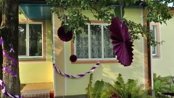 schöne Girlanden geschmücktes Haus im Dorf, wo die Braut lebt