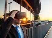 Podnikatel, používající virtuální realita brýle v obchodním centru