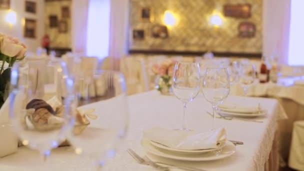 Hochzeitstisch im Restaurant mit Essen und Gläsern