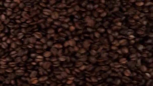 A frissen pörkölt kávébabot szitálják és rázzák.