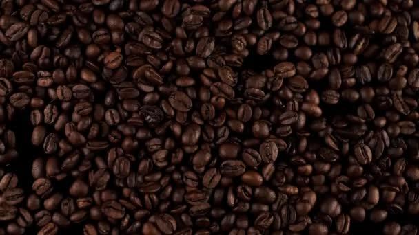 friss pörkölt kávébab esik az asztalra