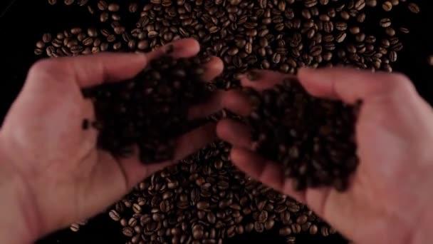férfi kezek válogatás szemek friss pörkölt kávé