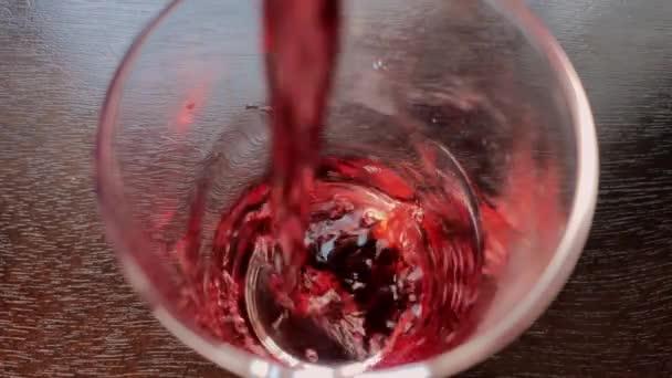 Kirschsaft wird in der Küche in ein Glas gegossen