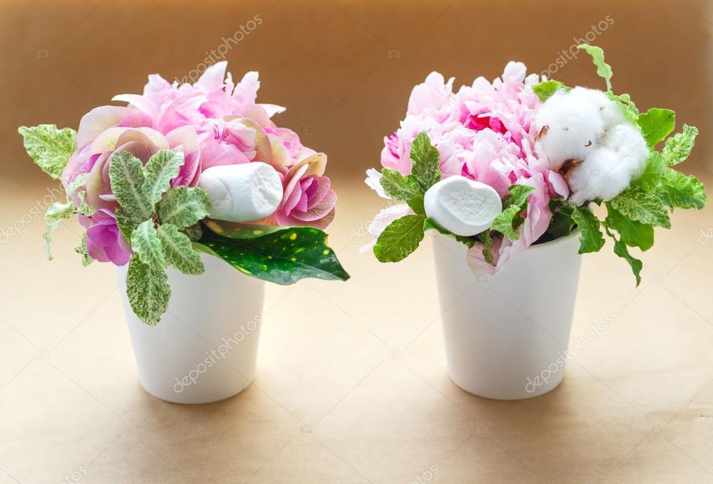 Blumensträuße von Pfingstrosen in einer schmalen vase — Stockfoto ...