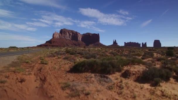 Monument Valley Highway and Rock Formation Légi létesítmény Shot Southwest Desert Amerikai Egyesült Államok
