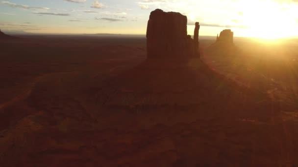 Monument Valley Sunrise Over East  West Mitten és Merrick Butte Aerial Shot Forgassa körbe L Southwest USA