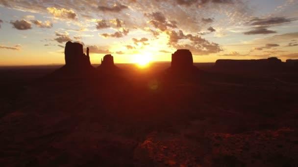 Monument Valley Sunrise Over East  West Mitten és Merrick Butte Aerial Shot Forward Southwest Amerikai Egyesült Államok