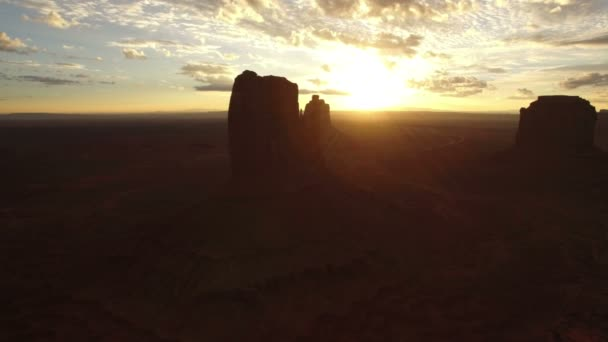 Monument Valley Sunrise Over West Mitten és Merrick Butte Aerial Shot Forgassa jobbra délnyugat USA