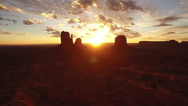Monument Valley Sunrise Over East  West Mitten és Merrick Butte Aerial Shot Backward Southwest Amerikai Egyesült Államok