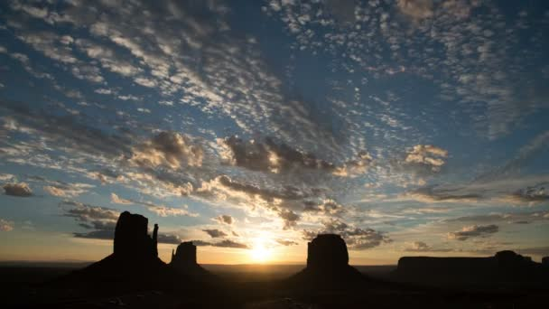 Monument Valley Dawn to Sunrise Time Lapse Clouds Délnyugat-USA