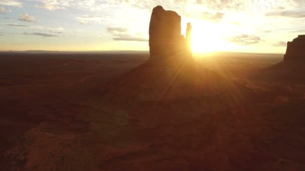 Monument Valley Sunrise Over East  West Mitten és Merrick Butte Aerial Shot Forgassa balra Délnyugat-USA