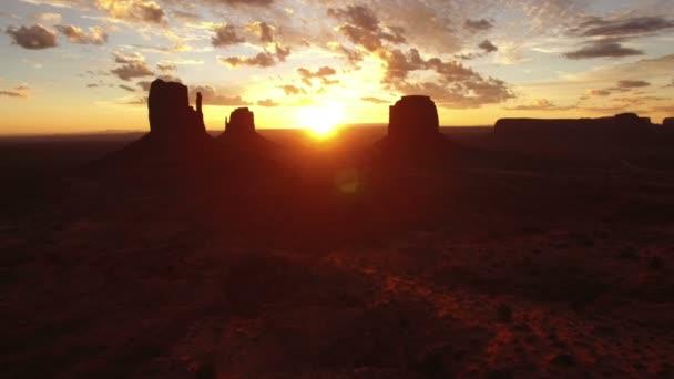Monument Valley Sunrise Over East  West Mitten és Merrick Butte Aerial Shot Forward Lassú délnyugat USA