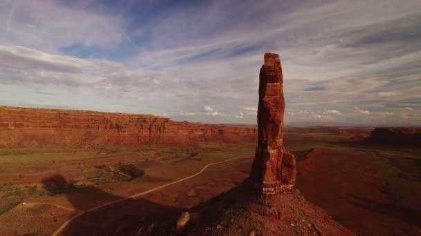Valley Of The Gods Bears Fül Aerial Shot Southwest Desert Canyon Amerikai Egyesült Államok Rock Spires Forgassa L Felhők