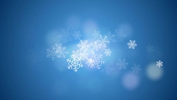 Valódi hó hullik a kék háttér. Lassú mozgás. Fehér nagy hópelyhek röpködnek az égen. Absztrakt téli háttér. koncepció Karácsony, ünnepek és újév. A 2021-es szöveg másolási helye