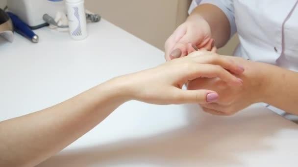 Ruční masáž po zákroku manikúry, krásné ženské ruce