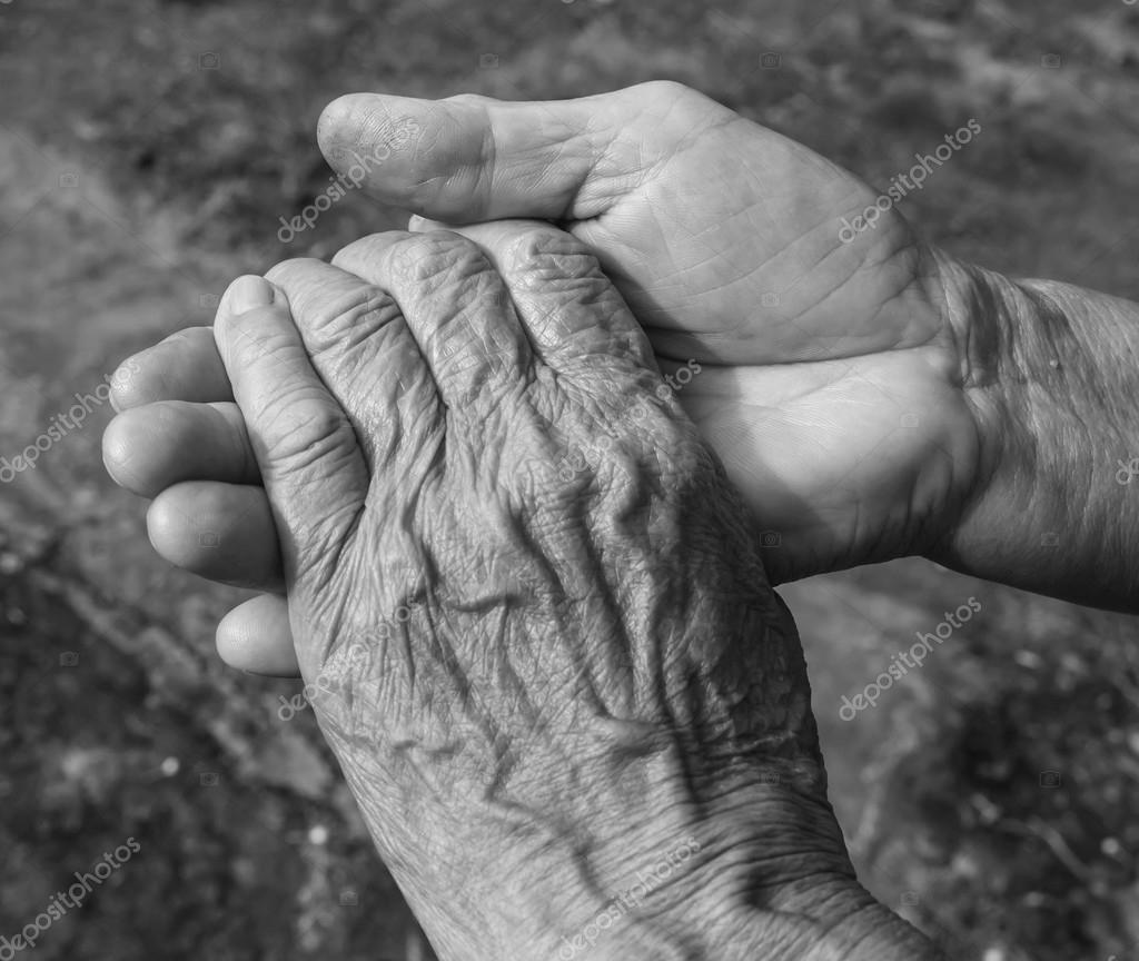 Exceptionnel plan de participation du couple de personnes âgées mains noir et  RX06