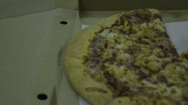 Chutná pizza na stole v krabici. Chutné rychlé občerstvení