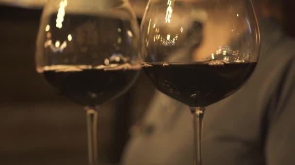 Kellnerin trägt teuren Wein in zeitgenössischem Restaurant
