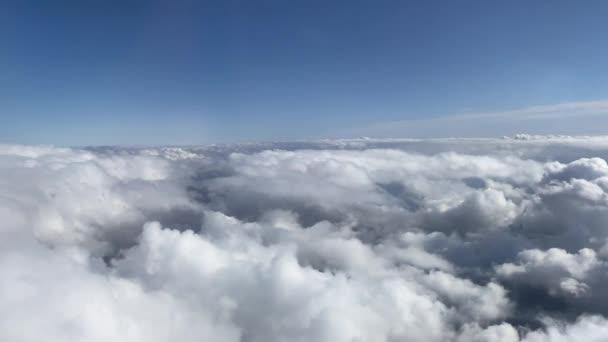 Dech beroucí oblačnost krásných bílých hustých mraků