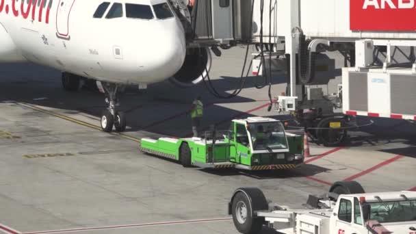 Moderní letištní personál udržuje a plní obrovská letadla