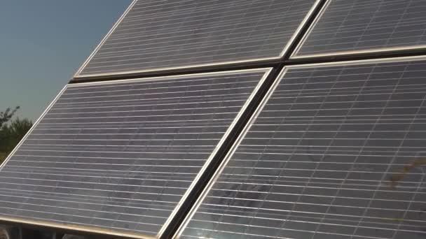 Sonnenkollektoren auf Hausdächern unter blauem Himmel installiert