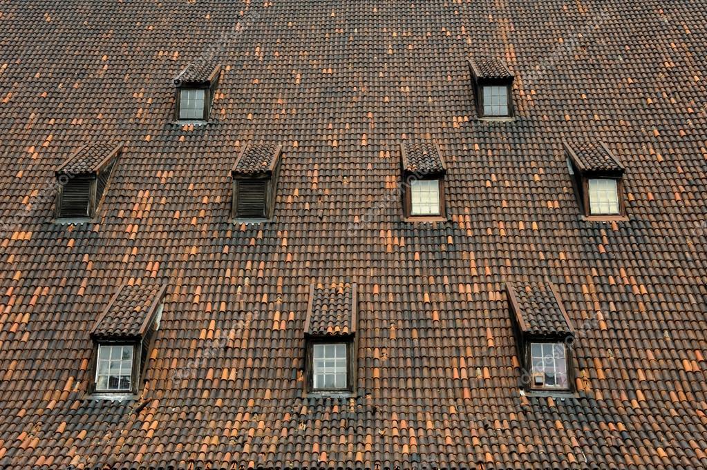 Vecchio mulino piastrelle finestre da tetto gdansk u2014 foto stock