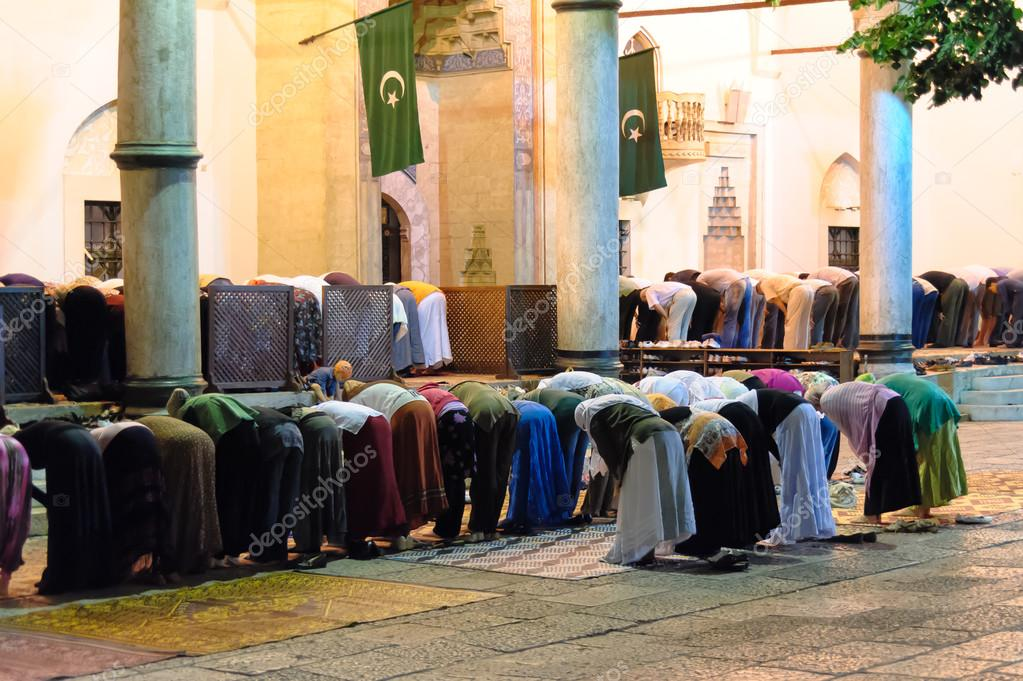 Segregated muslims in Isha prayer – Stock Editorial Photo