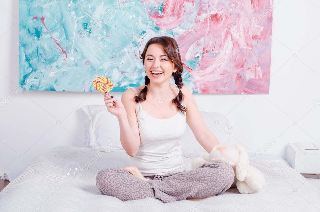 Любят молодых девушки дома на кровати алматиночкой