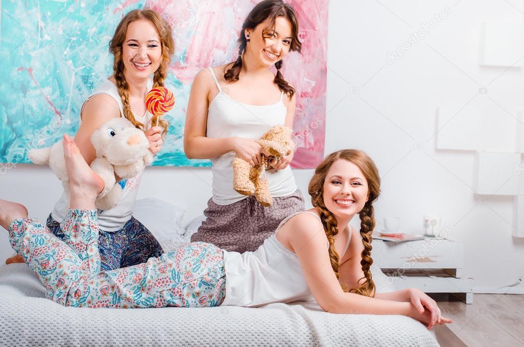 Три девчонки на кровати