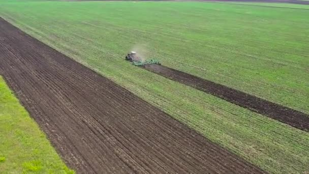 Letecký pohled - pole pluhů traktoru. Pohled z dronu.