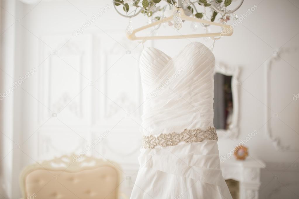Платья свадебные на вешалке фото
