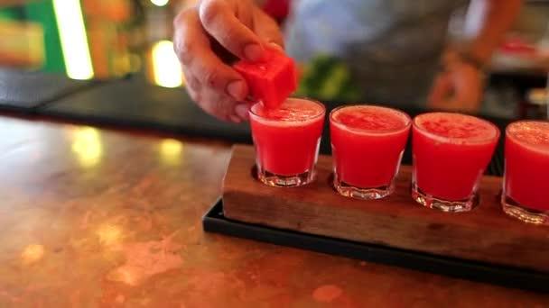 der Barkeeper ist Cocktail mit Wassermelone dekoriert