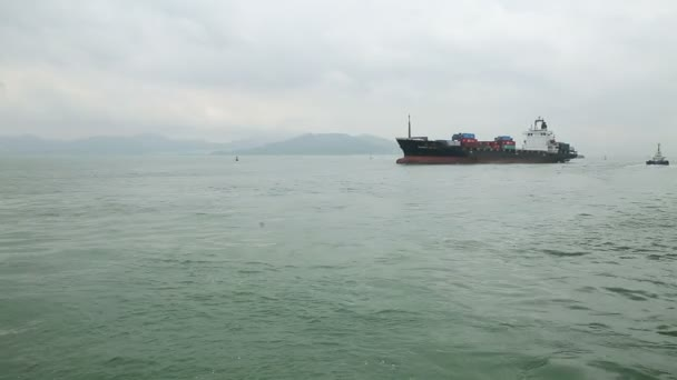 Pohled na moře zálivu v dálce obrovský Tanker plný kontejnery