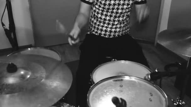 Mladý bubeník sluchátka v ateliéru. Zvukový záznam. Rocková kapela. Černá a bílá. Uzavřít Shot