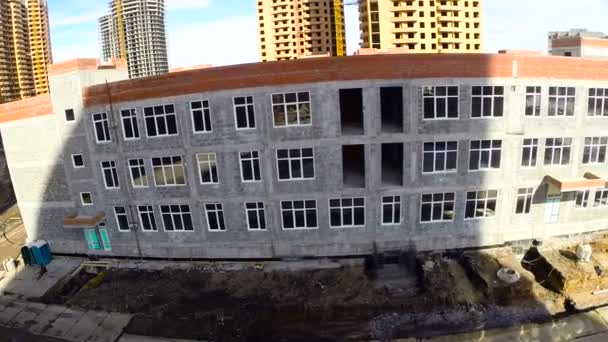 Rozpětí, ve výstavbě dále do školní budovy v obytné čtvrti. Antény