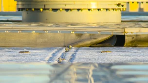 Industriekläranlage. Bewegliche Teile. Blick auf die Wasseraufbereitungsanlage. Winter. Nahaufnahme. aus industrieller Sicht. Umweltverschmutzung