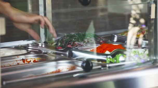 Ukládat salát. Tabulka distribuce potravin. Kantýna