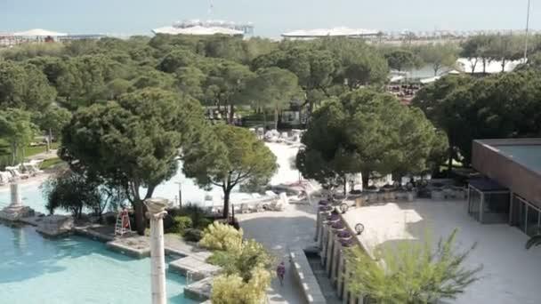 Türkiye 'de bir otel. Otel penceresinden Türkiye 'nin havuzları ve bitkileri