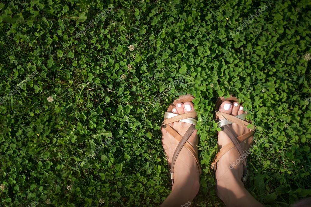 pies con uñas pintadas de rosa luz en pasto — Fotos de Stock ...