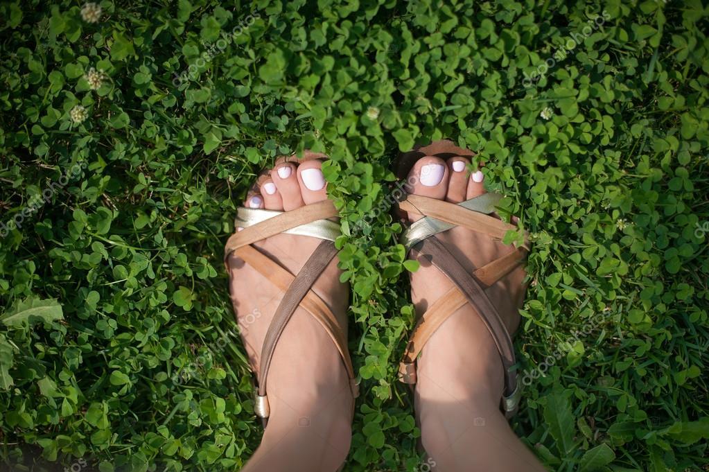 pies con uñas pintadas de rosa luz en pasto — Foto de stock ...