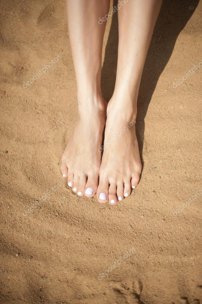 Piedi della donna con le unghie dei piedi rossi sulla for Piani di fattoria di 2000 piedi quadrati