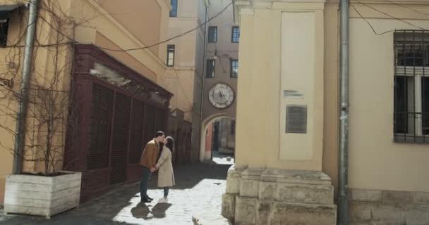 Az édes pár a régi európai városban vakációzik. A boldog fiatal szerelmesek együtt töltik az időt.
