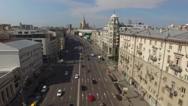 Let helikoptérou nad centrum města Moskvy. Zahradní silniční provoz