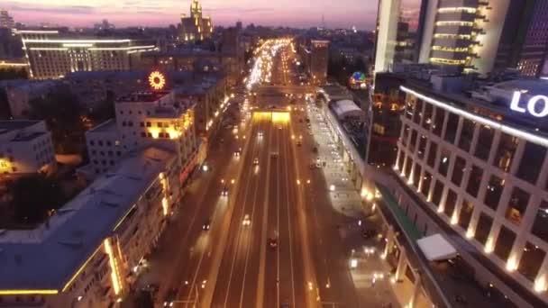 Sadovoe prsten večer silničního provozu. Noční osvětlení v centru Moskvy. Letecký dron shora pohled k přesunu auta