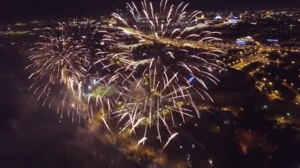Velký ohňostroj show v Moskvě poblíž Msu Moskevské státní univerzity. Unikátní úzké letecký pohled, letu uvnitř Kvadrokoptéra drone metráž.