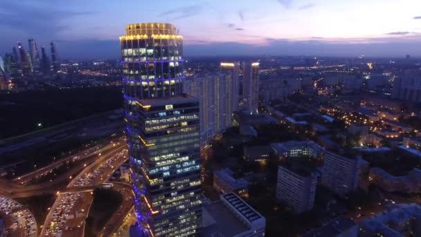 Moderní budovy hlavní město Ruska. Silniční provoz shora. Letu letadla. Západ slunce večer noční osvětlení. Lehká okna.