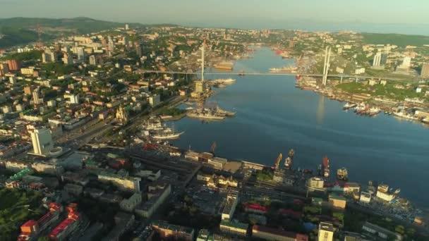 Letecký bokem krásné Vladivostok Rusko epické město. Zlatý most, moderní památka. Aktivní silniční provoz. Hlavní náměstí, železniční stanice. Generál z dalekého východu. Letní zlatá hodina