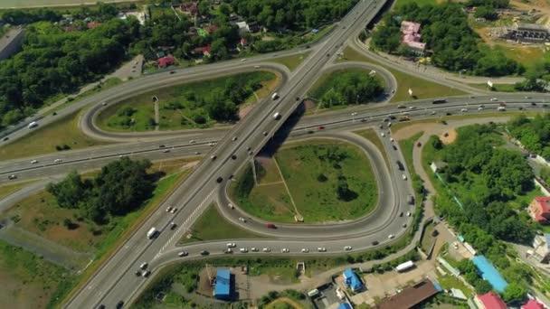 Légi fölött Modern lóhere közúti csomópont Vladivostok Oroszország közlekedési csomópont forgalom sok autó megy. A városfejlesztés új körzete az alacsony vízállású híd közelében. Nyári napsütötte városkép felülről